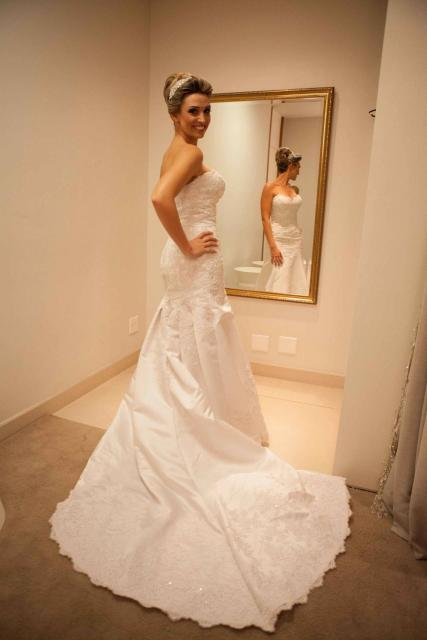 Vestido de Noiva Tomara que Caia com calda grande