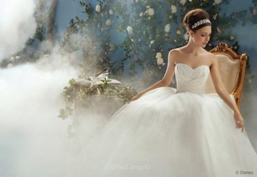 Vestido de Noiva Tomara que Caia modelo princesa com tiara