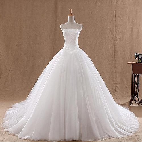 Vestido de Noiva Tomara que Caia com bordado no busto