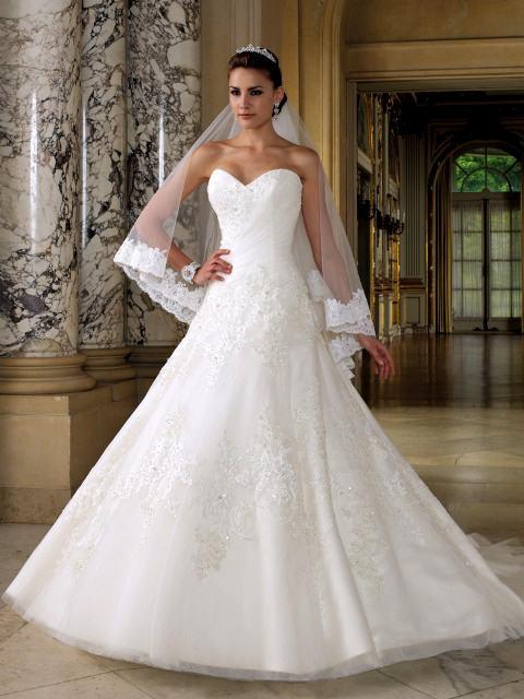 Vestido de Noiva Tomara que Caia com renda no véu