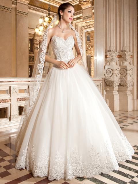 Vestido de Noiva Tomara que Caia com bordado e renda no véu