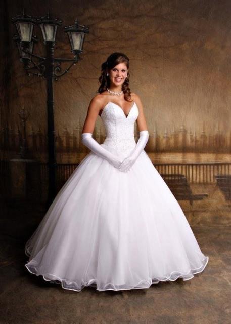 Vestido de Noiva Tomara que Caia princesa com luva grande