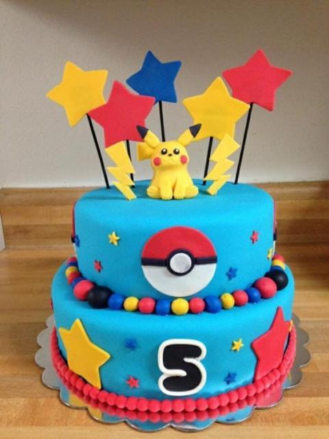 Bolo azul de pasta americana com Pikachu no topo.