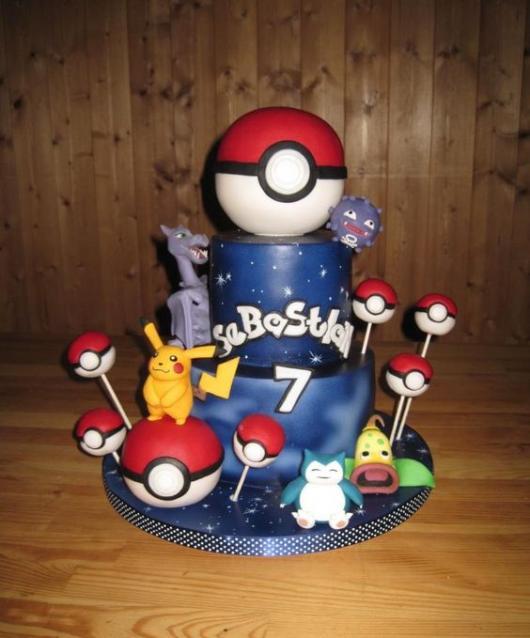 Bolo azul com Pokémons e pokébola.