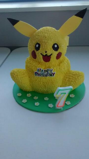 Bolo com formato do Pikachu, decorado com chantilly.