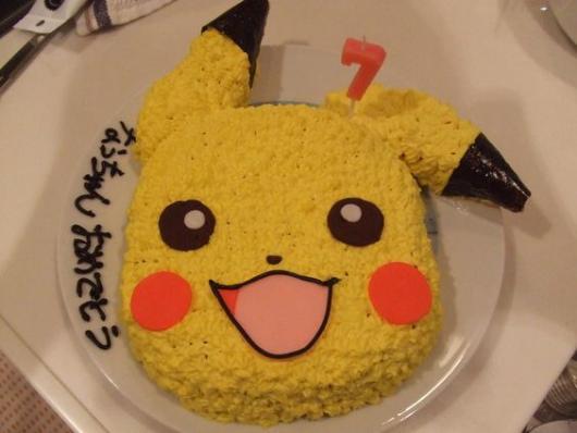 Bolo com o formato do rosto do Pikachu.