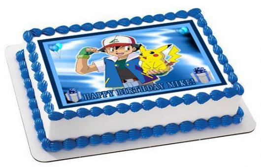 Bolo branco e azul com imagem do Ash e Pikachu.