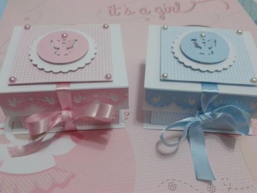 Caixas azul e rosa.