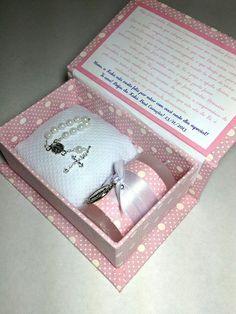 Caixa rosa decorada com convite na tampa.