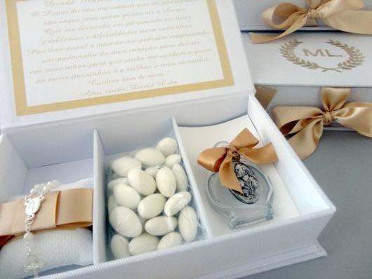 Caixa decorada em branco e dourado.