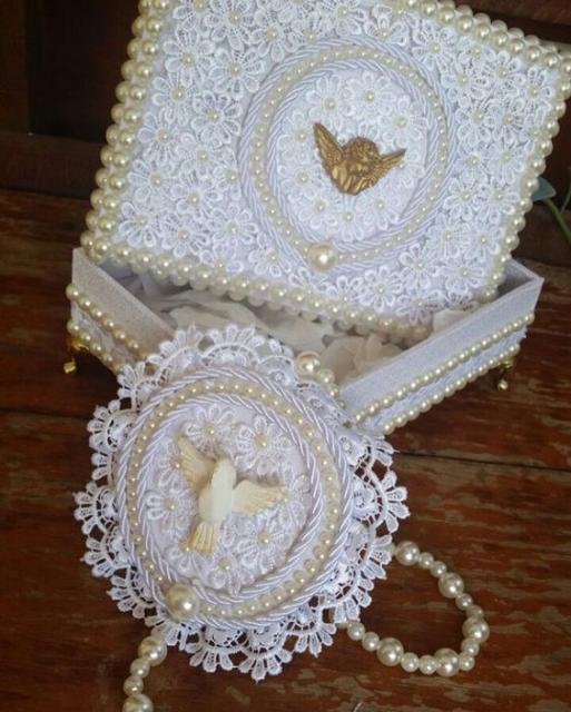 Caixa decorada com fita com Espírito Santo.