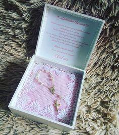 Caixa branca aberta, com oração convite no interior da tampa.