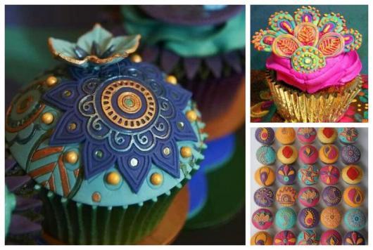 Montagem com três cupcakes coloridos.