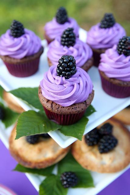 Cupcake com creme roxo.