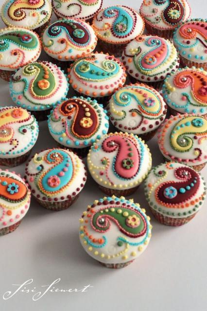 Cupcakes com decoração colorida.