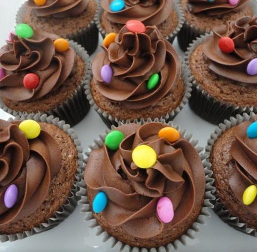 Cupcake simples de chocolate, decorado com confete.
