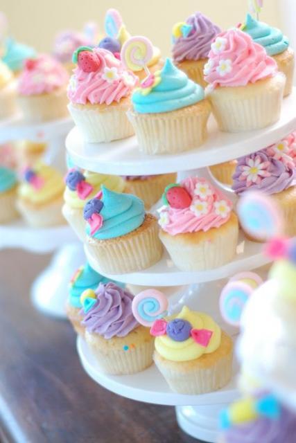 Cupcakes com cremes coloridos.