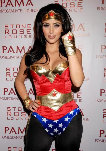Kim Kardashian com fantasia Mulher Maravilha.