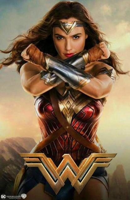 Gal Gadot em banner do filme Mulher Maravilha.