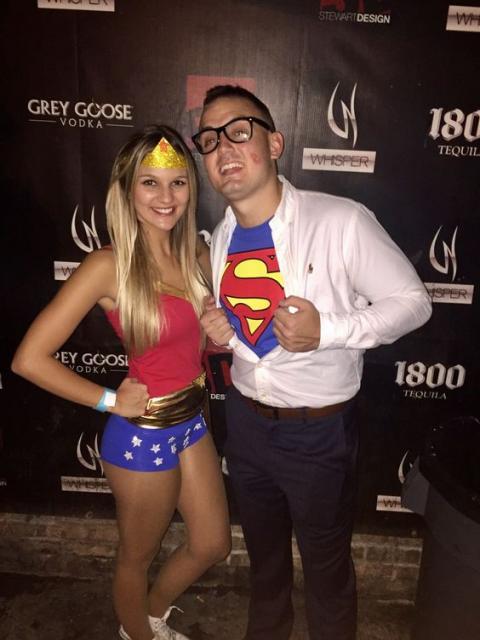 Casal vestido de Mulher Maravilha e Super Homem.