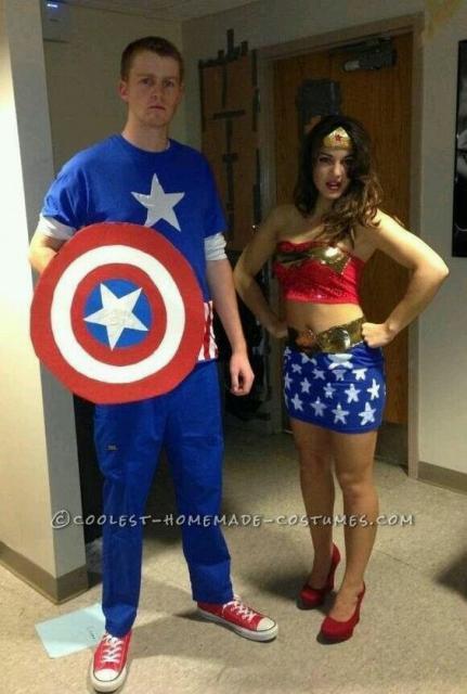 Casal vestido de Capitão América e Mulher Maravilha.