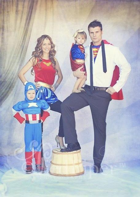 Família vestida de Mulher Maravilha, Supergirl, Capitão América e Super Homem.