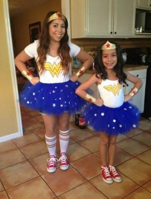 Duas meninas de idades diferentes vestidas de mulher maravilha.