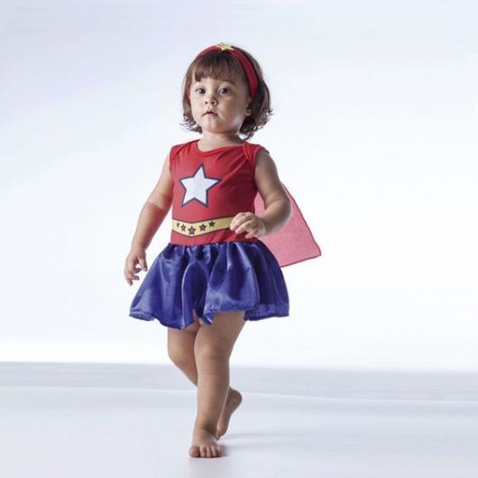 Criança vestida de mulher maravilha.
