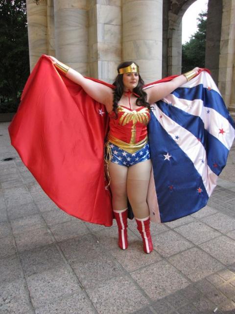 Mulher plus size vestida de mulher maravilha, com capa.