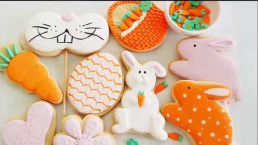 Biscoitos Decorados de Páscoa no formato de coelhinho branco segurando cenourinha