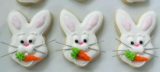 Biscoitos Decorados de Páscoa no formato de coelho com cenoura na boca
