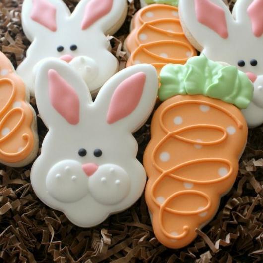 Biscoitos Decorados de Páscoa no formato de coelho e cenoura