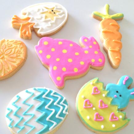 Biscoitos Decorados de Páscoa no formato de coelho rosa com bolinhas amarelas