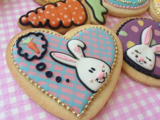 Biscoitos Decorados de Páscoa no formato de coração com coelhinho em cima