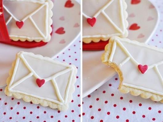 Biscoitos Decorados românticos no formato de envelope branco com coraçãozinho