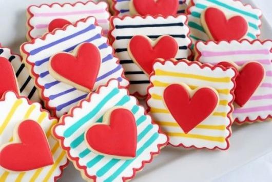 Biscoitos Decorados românticos quadrado com listras e coração