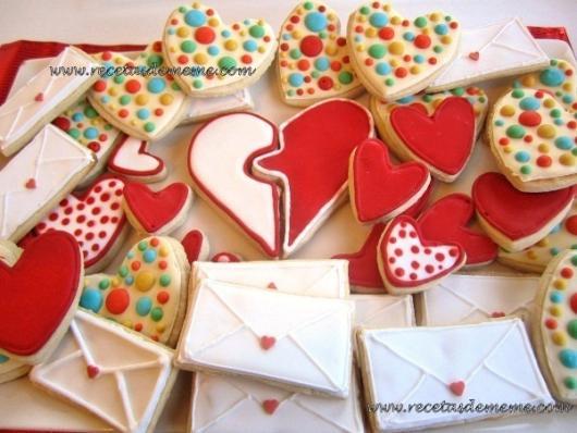 Biscoitos Decorados românticos no formato de coração meios a meio