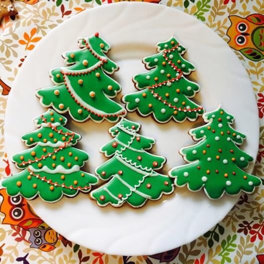 Biscoitos Decorados de Natal no formato de árvore de Natal decorada com bolinhas