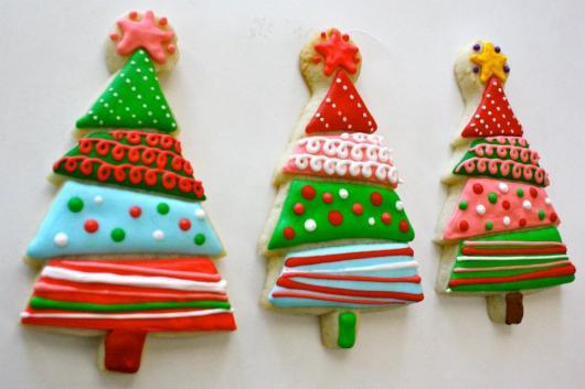 Biscoitos Decorados de Natal no formato de árvore de Natal colorida