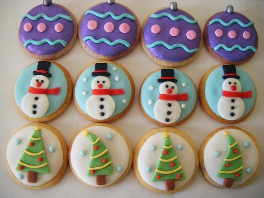 Biscoitos Decorados de Natal no formato de bolas de árvove de Natal