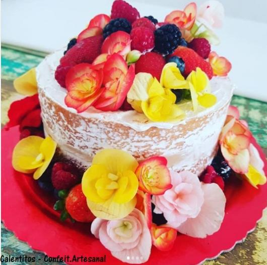 bolo com frutas e flores