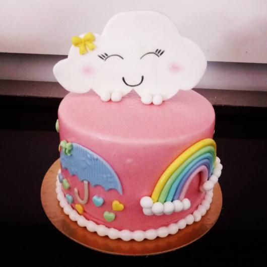 Bolo Chuva de Amor decorado com pasta americana rosa e arco-íris