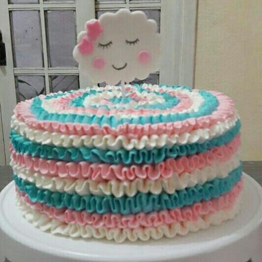 Bolo Chuva de Amor decorado com glacê rosa, branco e azul