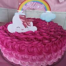 Bolo Chuva de Amor decorado com chantilly rosa