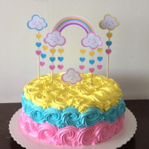 Bolo Chuva de Amor decorado com chantilly amarelo, azul e rosa
