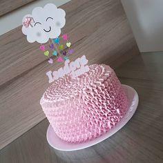 Bolo Chuva de Amor decorado com glacê rosa claro e topper de nuvem