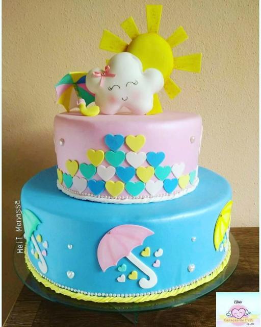 Bolo Chuva de Amor decorado com pasta americana azul e rosa com 2 andares