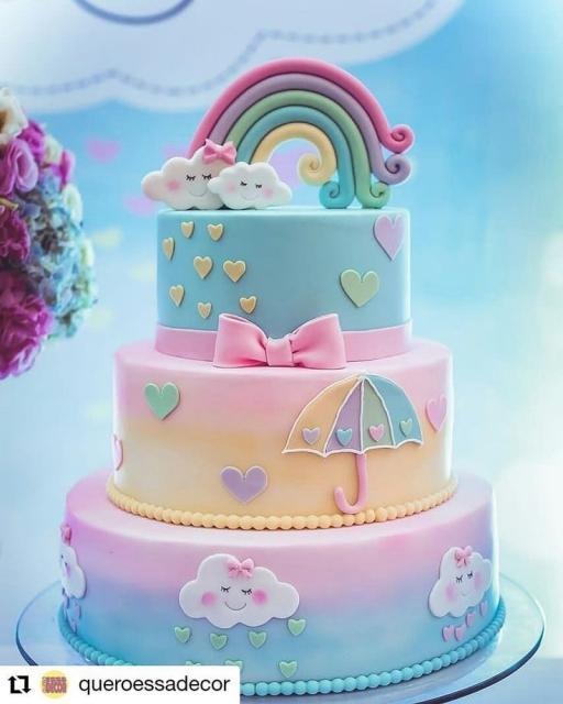 Bolo Chuva de Amor decorado com arco-íris no topo