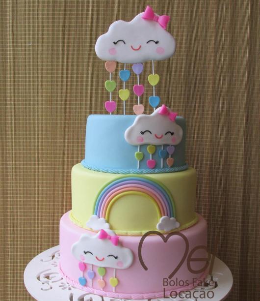 Bolo Chuva de Amor cdecorado com topo de bolo no formato de nuvem com lacinho rosa