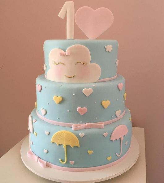 Bolo Chuva de Amor decorado com nuvens e lacinho rosa